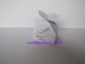 Bonbonnière de dragées blanche, thème nature, fleur rose, baptême fille - cartescreation.fr